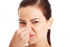 При изменении запаха выделений необходимо срочно обратиться к гинекологу для обследования