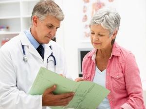 Только врач может назначить правильное лечение патологии в зависимости от тяжести заболевания