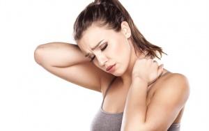 Боли в шее с левой стороны могут быть вызваны физиологическими или патологическими причинами