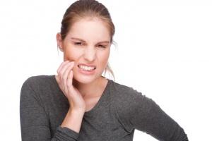 Боль, трещины, переломы в зубах, скрытый кариес или воспалительные заболевания – показания к рентгену зубов