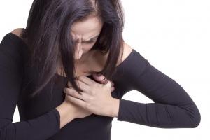 Боль, чувство распирания в груди и уплотнения в участках железистой ткани – признаки лактостаза