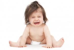 Если у ребенка кал с прожилками крови сопровождается дополнительной тревожной симптоматикой – нужно обратиться к врачу
