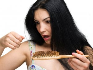 У женщины волосы становятся ломкими и сухими, снижается трудоспособность, появляется усталость