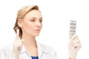 Лекарства при гастрите назначает врач в зависимости от его формы и дополнительных симптомов