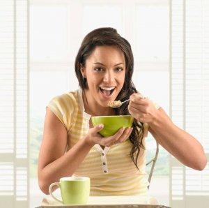 Важно помнить о том, что употреблять пищу необходимо регулярно и лучше всего небольшими порциями