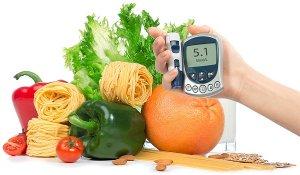 При высоком уровне сахара в крови предпочтение нужно отдавать продуктам, в которых содержится мало углеводов и жиров