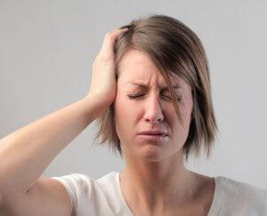 Патология проявляется неврологическими и психологическими нарушениями