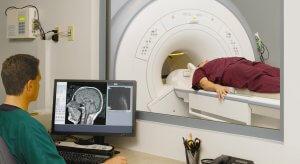 При обследовании пациент помещается в специальный тоннель томографа