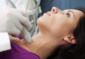 УЗИ позволяет определить не только увеличение щитовидки, но и лимфоузлов возле нее