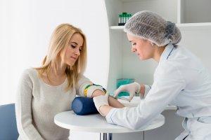 Кровь на анализ лучше сдавать не раньше 3-5-дневной задержки менструации