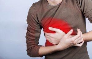 Боль справа в груди может быть признаком серьезной патологии, поэтому игнорировать данный симптом нельзя!