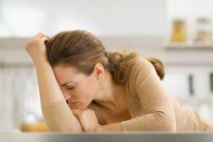 Развивается дефицит очень быстро и имеет яркие симптомы