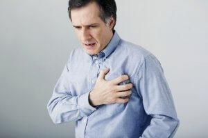 Сильная давящая боль за грудиной и одышка – основные признаки болезни