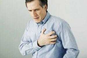 Высокий уровень холестерина приводит к возникновению ряда сердечно-сосудистых заболеваний