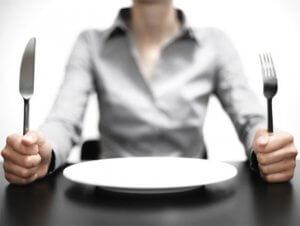 За 12 часов перед анализом нужно исключить продукты, влияющие на цвет урины, а также острую и соленую пищу