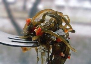 Салат из морской капусты поможет восполнить дефицит йода в организме