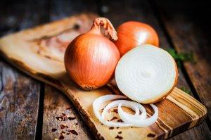 Печенный и варенный репчатый лук способствует снижению повышенного сахара в крови