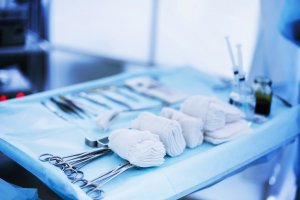 При наличии больших размеров опухолей показано хирургическое вмешательство