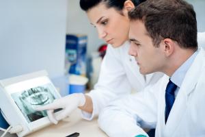Снимок, полученный в ходе рентгенограммы, может расшифровать не только рентгенолог, но и стоматолог