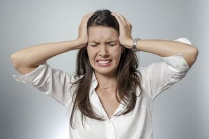Если головная боль не проходит длительное время и сопровождается тревожными симптомами – нужно пройти обследование
