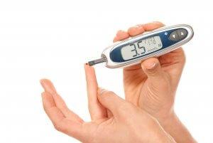 Измерить уровень сахара в крови в домашних условиях можно с помощью глюкометра
