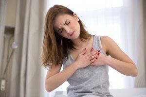 Давящая боль в области сердца: причины и опасные признаки
