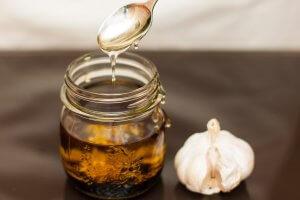 Смесь из меда и чеснока поможет нормализовать густоту крови!