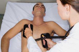 В первые секунды фибрилляции необходимо провести электроимпульсную терапию