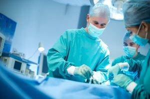 Хирургическое лечение назначают тогда, когда кисты провоцируют нарушение функции почек