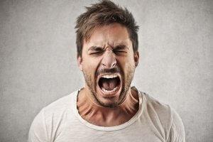 Агрессивное поведение и раздражительность могут быть признаками повышенного тестостерона мужчин