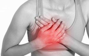 О чем «говорит» боль справа в груди и как устранить данный симптом?