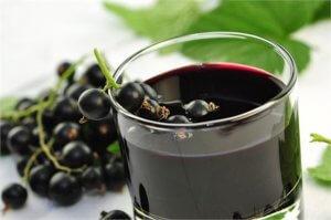 Свежие ягоды и сок из черной смородины помогают бороться с инфекцией!