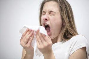 Насморк, головная боль, проблемы с дыханием, чихание, слезоточивость – признаки аллергии