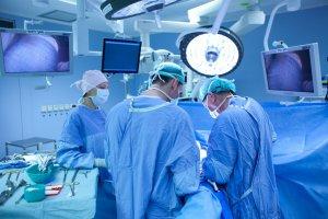 Хирургическое лечение заключается в удалении сегмента кишки с опухолью